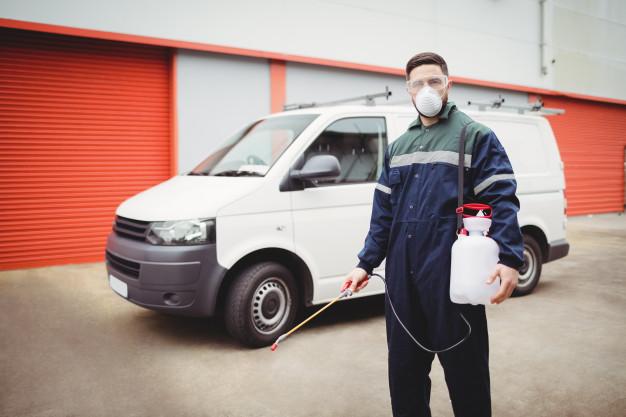 manitas-insecticida-parado-frente-su-camioneta_107420-13766